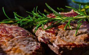 ארוחת גורמה ביתית: איך להרים ערב סטייקים מושלם בבית?
